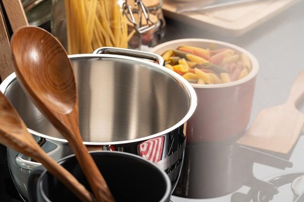 Kochen nudeln zu hause küche in einem topf nahaufnahme