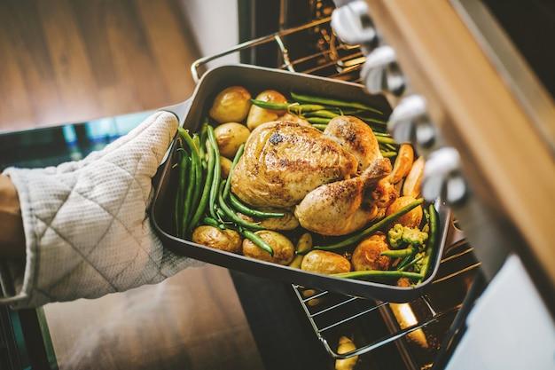 Kochen sie bereit, huhn vom ofen zu nehmen
