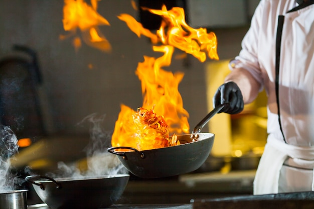 Kochen sie das abendessen in der küche des high-end-restaurants.