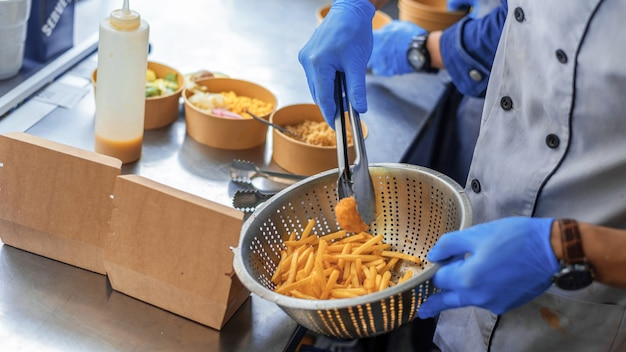Kochen sie das hinzufügen von gebratenem fleisch und pommes zu den gerichten in einem food truck