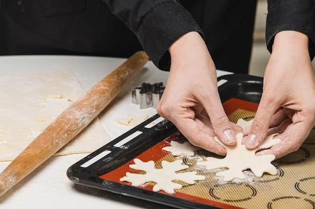 Kochen sie den koch rollt den teig für die kekse.
