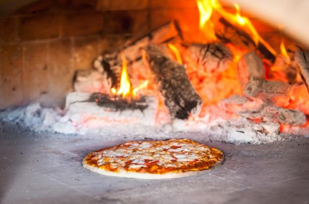 Kochen sie die zubereitung von pizza in einem restaurant.