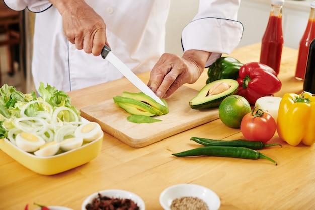 Kochen sie frische avocado schneiden