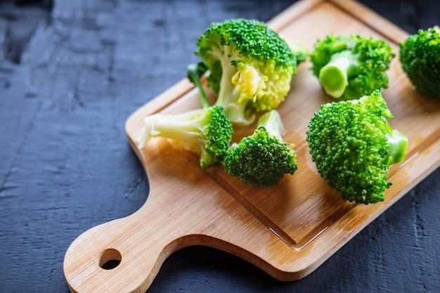Kochen sie frisches brokkoli-gemüse für gesunde ernährung