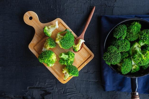 Kochen sie frisches brokkoli-gemüse