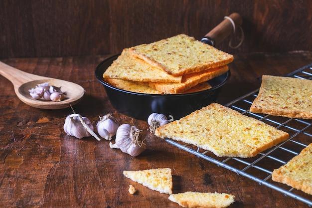 Kochen sie frisches knoblauchbrot aus dem ofen