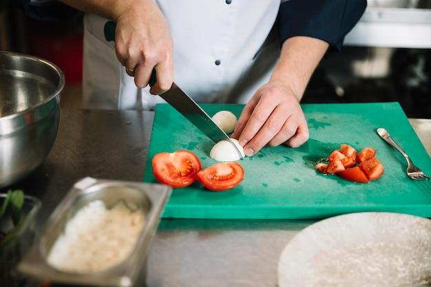 Kochen sie, gekochtes ei an bord zu schneiden