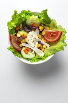 Kochen sie hände, die frisches gemüse schneiden, um einen salat zu machen