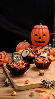 Kochen sie köstlichen hausgemachten kuchen und dekorieren sie cupcakes für halloween festlich. süßes dessert und dekoration für die party zu hause.
