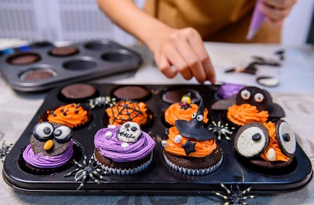 Kochen sie köstlichen hausgemachten kuchen und dekorieren sie cupcakes für halloween festlich.