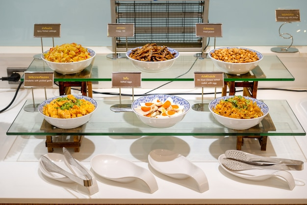 Kochen sie reisnahrung in der großen weißen quadratischen schüssel am thailand resort.