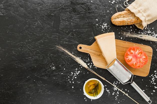 Kochen stellte mit käsebrot und -tomate ein