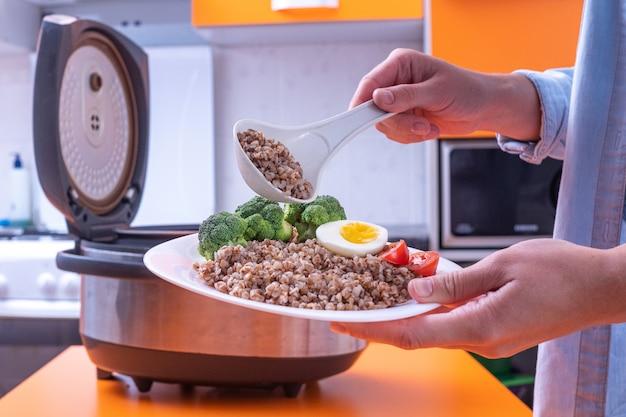 Kochen verschiedener mahlzeiten mit multi-cooker zu hause