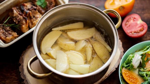 Kochen von gekochten jungen kartoffeln in einem topf.