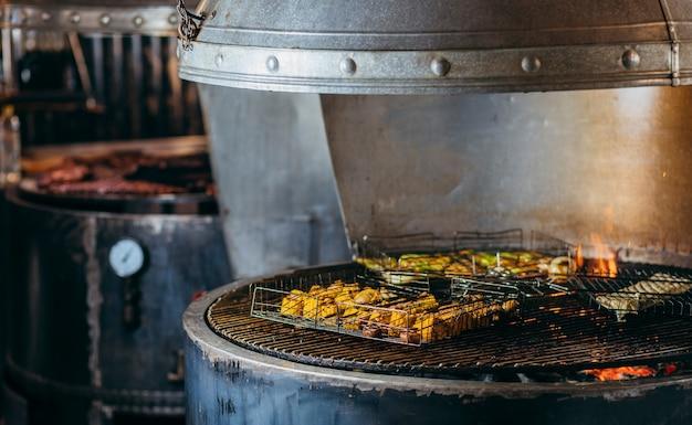 Kochen von gemüse auf dem grill in der küche des restaurants
