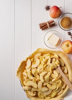 Kochen von hausgemachtem apfelkuchen auf holztisch