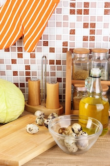 Kochen von lebensmitteln in der küche auf tisch auf mosaikfliesen