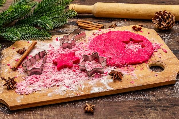 Kochen von roten ingwerplätzchen. traditionelles weihnachtsgebäck.