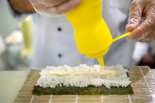 Kochen von sushi im restaurant. hände hautnah.