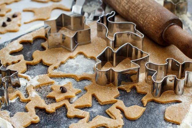 Kochen von weihnachtsplätzchen mit ausstechformen