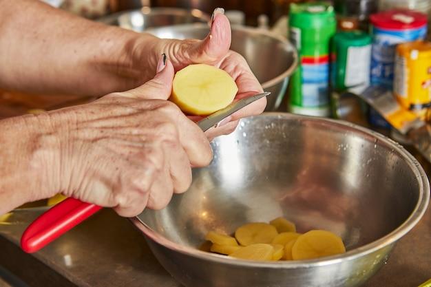 Kochen zu hause in der küche nach rezept aus dem internet