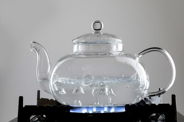 Kochend heißes wasser für das teearrangement