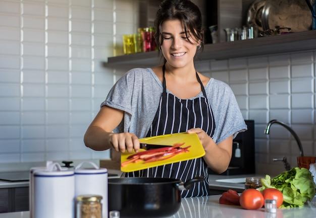 Kochende frau in der küche