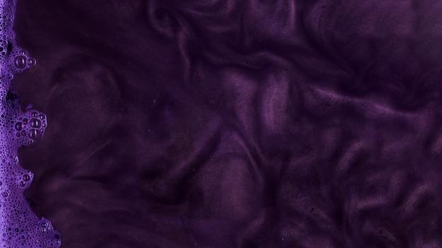 Kochende lila steife farbe mit schaum