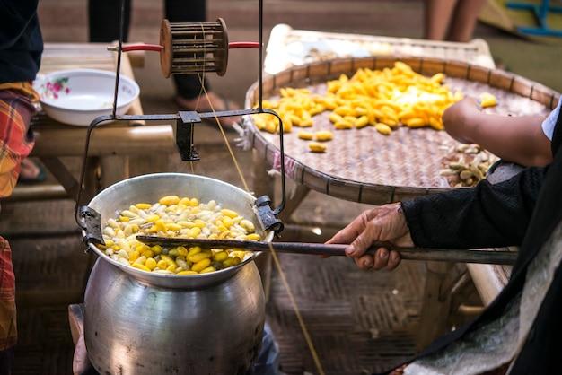 Kochender seidenraupenkokon im topf für prozess seidenraupenkokonfaden