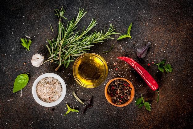 Kochfläche, kräuter, salz, gewürze, olivenöl, dunkle rostige oberfläche