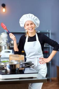 Kochfrau auf einer küche in einer konditorei
