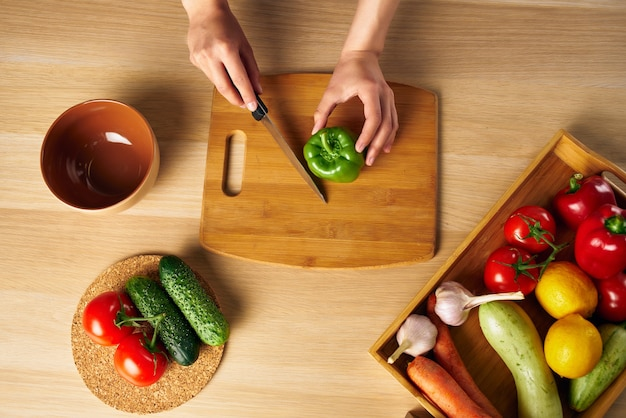 Kochfrau, die gesunde ernährung salatdiät kocht