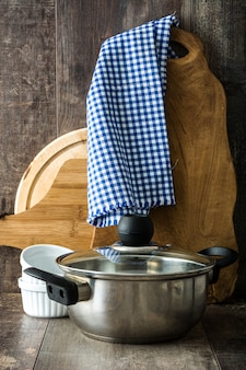 Kochgeräte auf holztisch