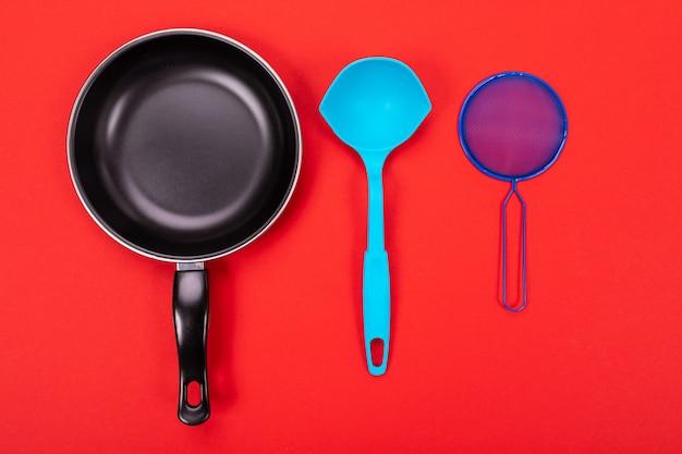 Kochgeräte in der küche auf rot mit copyspace