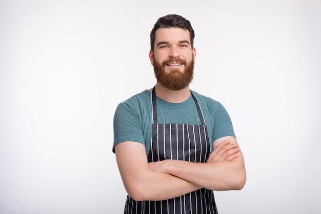 Kochkurse abbildung porträt eines selbstbewussten bärtigen kochers auf weißer wand.