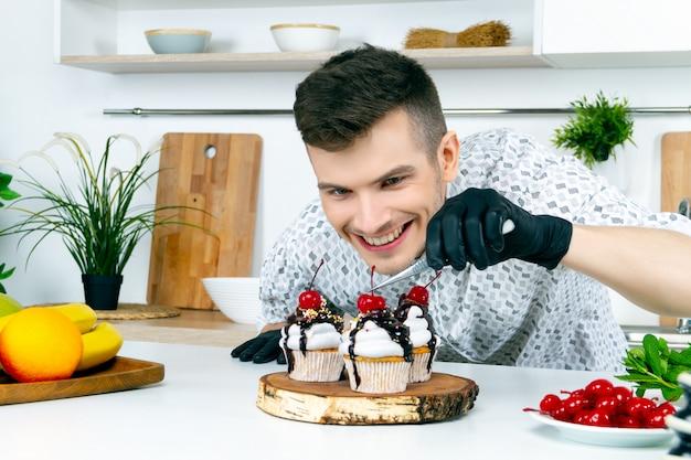 Kochmänner in schwarzen handschuhen kochen