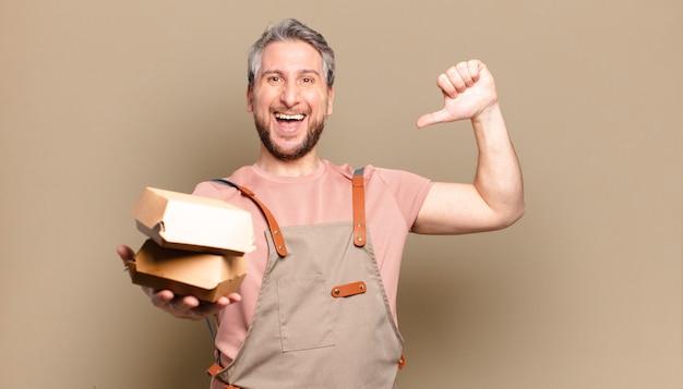 Kochmann des mittelalters mit burgern. grillkonzept