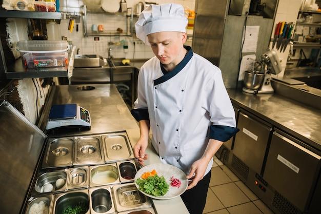 Kochplatte mit zutaten in den händen kochen