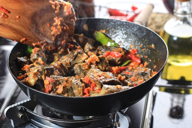 Kochprozess saute sambal paru balado oder sambel oder würzige sauce mit limettenblatt