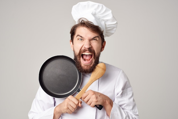 Kocht mit einer bratpfanne kochservice für speisen