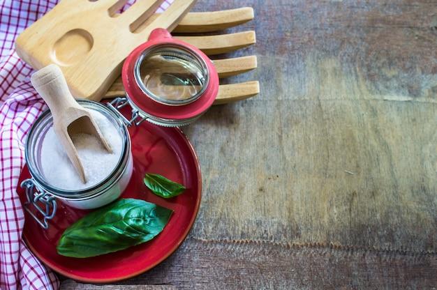 Kochtisch mit kräutern und gewürzen