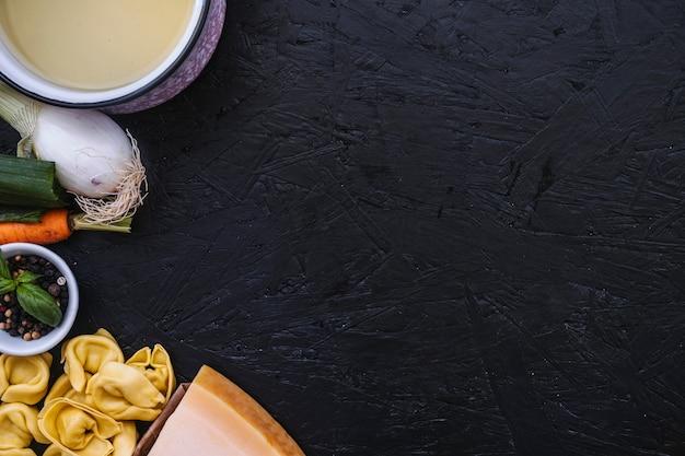 Kochtopf in der nähe von pasta und brühe zutaten