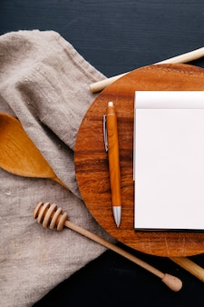 Kochutensilien auf küchentheke und notebook