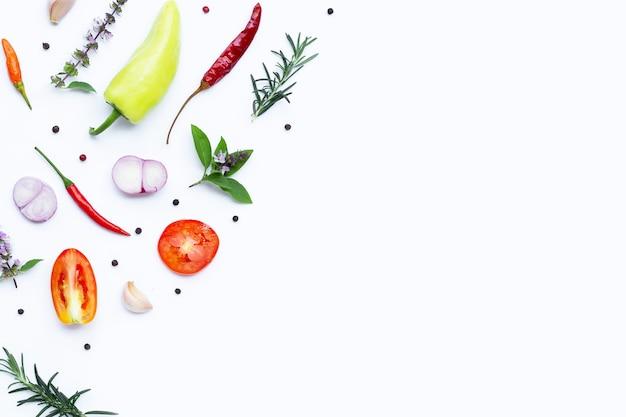 Kochzutaten, verschiedene frische gemüse und kräuter auf weiß