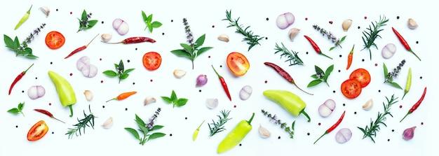 Kochzutaten, verschiedene frische gemüse und kräuter auf weißem hintergrund. konzept für gesunde ernährung