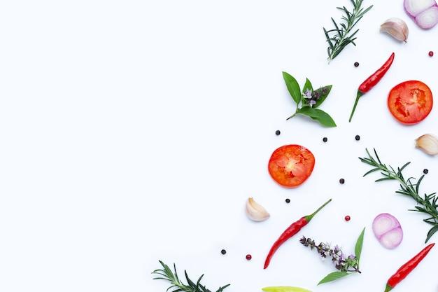 Kochzutaten, verschiedene frische gemüse und kräuter. gesundes esskonzept