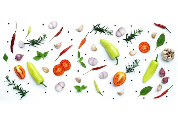 Kochzutaten von verschiedenen frischen gemüse und kräutern isoliert