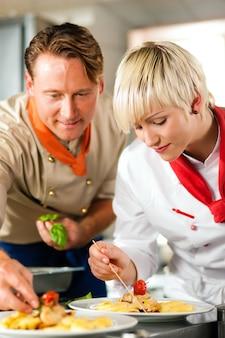 Köche in einem restaurant oder in einer hotelküche kochen