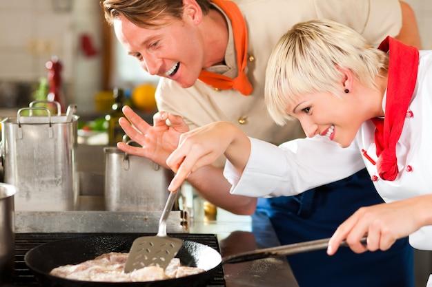 Köche in einer restaurant- oder hotelküche kochen