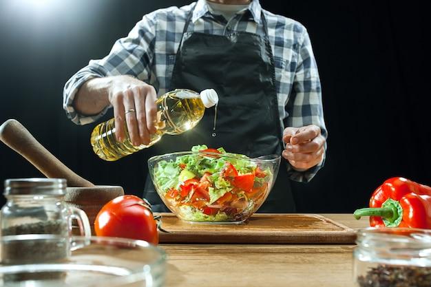 Köchin, die frisches gemüse schneidet